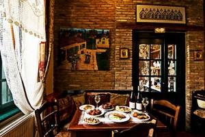 Σε ένα κτίριο 400 ετών στην Πλάκα θα βρεις ένα από τα παλιότερα καφενεία της Αθήνας!