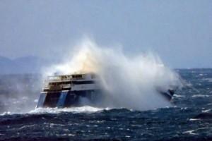 Βίντεο που προκαλεί δέος: Τεράστια κύματα «καταπίνουν» το Blue Star Paros! (Video)
