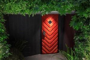 Νέα άφιξη στην Τσακάλωφ: Μια κόκκινη πόρτα οδηγεί στο καινούριο hot spot του Κολωνακίου!