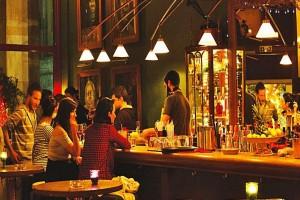 Mια δωδεκάμετρη μπάρα, μια ενημερωμένη κάβα και επιρροές από την Ποτοαπαγόρευση: Ένα από τα πιο ιδιαίτερα bar της Αθήνας!