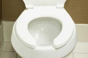 Γιατί το καπάκι στις δημόσιες τουαλέτες έχει αυτό το κενό
