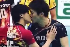 Έπος: Βολεϊμπολίστες σπρώχτηκαν, «τσακώθηκαν» και τα βρήκαν με ένα... φιλί στο στόμα! (video)
