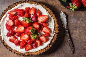 Συνταγή για το πιο εύκολο cheesecake φράουλα!