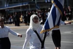 Λαμπερή μαθητική παρέλαση στο Σύνταγμα: Σημαιοφόρος κοριτσάκι από το Αφγανιστάν έκλεψε την παράσταση! (video)