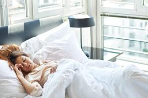 Η στάση του ύπνου που μπορεί να σε κάνει να φαίνεσαι 10 χρόνια μεγαλύτερη