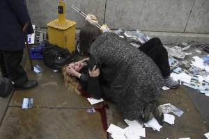 Προσοχή σκληρές εικόνες από το Λονδίνο: Άνθρωποι αιμορραγούν στους δρόμους της πόλης!
