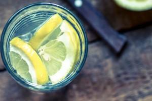 «Επινα νερό με λεμόνι καθημερινά, για 2 εβδομάδες και ορίστε τι μου συνέβη»