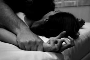 Φρικτό βίντεο: Κτήνη βίασαν ανήλικη σε ζωντανή μετάδοση στο Facebook!