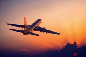 Μην πετάτε λεφτά: Ο Τάσος Δούσης σάς αποκαλύπτει 10 κόλπα για φτηνά αεροπορικά εισιτήρια!