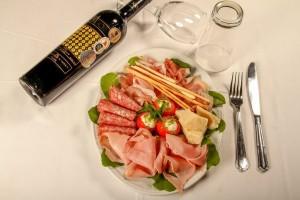 Βγαλμένο από την Σικελία του '50: Το ιταλικό εστιατόριο του Πειραιά που μας μαγεύει εδώ και 13 χρόνια