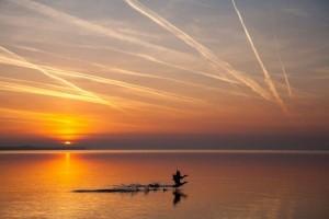 Η Φωτογραφία της Ημέρας: Αγριόπαπιες πετάνε πάνω από τα νερά της λίμνης Μπάλατον στην Ουγγαρία