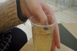 Της σέρβιραν το ποτό της και βούτηξε το δάχτυλό της μέσα. Όταν το νύχι της άλλαξε χρώμα, κάλεσε αμέσως το 100!