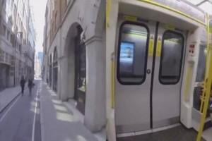 Αδιανόητο: Τύπος πηγαίνει από τον έναν σταθμό στον άλλον πιο γρήγορα και από το Μετρό! (video)