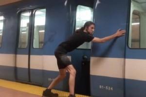 Αυτός ο τύπος σταματάει συρμό του Μετρό με τα χέρια! Μέχρι που αποκαλύπτεται η μεγάλη του απάτη (video)