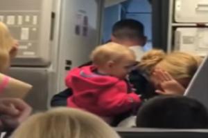 Βίντεο - σοκ: Αεροσυνοδός χτύπησε γυναίκα επιβάτη που κρατούσε αγκαλιά το μωρό της!