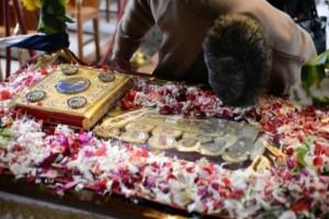 Κατάνυξη και μαγεία. Οι αθηναϊκές εκκλησίες όπου ο Επιτάφιος γίνεται εμπειρία ζωής (Photos)