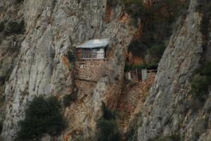 Συγκλονιστικές εικόνες: Οι μοναχοί που ζουν στην άκρη του γκρεμού στο Άγιο Όρος!