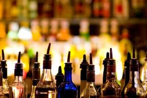Αυτά είναι τα 10 μαγαζιά της Αθήνας που θα πιεις το ποτό σου μόλις με 6 ευρώ!