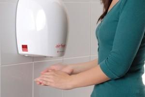 Τεράστια προσοχή: Γιατί δεν πρέπει να στεγνώνετε τα χέρια σας στα μηχανήματα αέρα στις τουαλέτες!