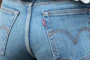 Δεν έχει ξαναγίνει! Η νέα μόδα στα γυναικεία τζιν θέλει φερμουάρ στα οπίσθια (photo)