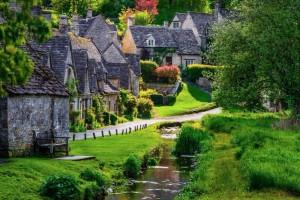 Ένα αγγλικό χωριό που ο χρόνος έχει σταματήσει στα... παραμύθια! (photos)