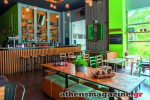 Στο Κουκάκι βρήκαμε ένα παραδοσιακό καφενείο που αντί για τσίπουρα σερβίρει μπύρες και παίζει ροκ μουσική!