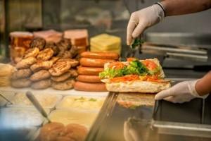 """Για ξενύχτηδες: Εδώ θα φάτε τα νοστιμότερα """"βρώμικα"""" της πόλης! (Photos)"""