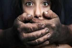 """11 απόψεις - """"μαχαιριές"""": Το αποτρόπαιο φαινόμενο του βιασμού μέσα από τα μάτια μιας γυναίκας"""