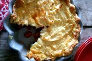 Απίστευτη πίτα με κιμά κοτόπουλου, λουκάνικο και πατάτα!