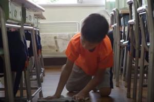 Στην Ιαπωνία οι μαθητές καθαρίζουν μόνοι τους τις τάξεις τους! Δείτε το απίστευτο βίντεο!