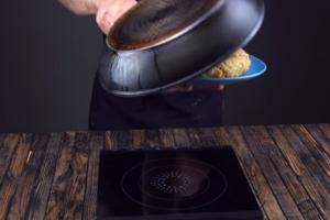 Παίρνει 3 υλικά που όλοι έχουμε στο ψυγείο μας και τα τηγανίζει! Το αποτέλεσμα θα σας αφήσει άφωνους! (video)