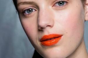 Καλοκαιρινό μακιγιάζ με... κοραλί χείλη! Δείτε πως να το κάνετε σωστά (Photos)