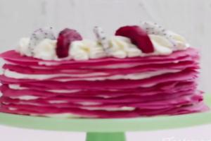 Απίστευτη τούρτα! Δείτε την πιο πολύχρωμη συνταγή του καλοκαιριού (video)