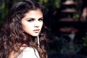 """Ακατάλληλο """"ατύχημα"""": Η Selena Gomez ήταν απρόσεκτη και αποκαλύφθηκε όλο το στήθος της! (Photos)"""