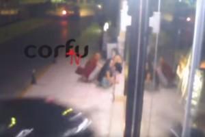 Σοκαριστικό τροχαίο στην Κέρκυρα: Αυτοκίνητο πέφτει πάνω σε κατάστημα και παρασύρει τρία παιδιά! (Βίντεο - σοκ)