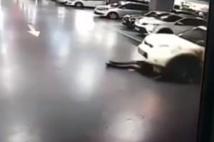 Ανατριχιαστικό βίντεο: Την πάτησε το ίδιο της το... αυτοκίνητο!