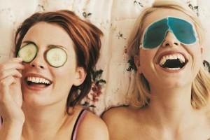 Ζώδια και φιλία: Τα 3 ζώδια που θα σου χαρίσουν άφθονο γέλιο!