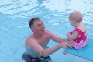 Συγκινητικό: Μωράκια 4 μηνών μαθαίνουν να στέκονται! (video)