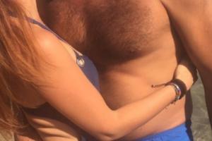 Δεν κρατιούνται! Τα παθιασμένα φιλιά στην παραλία πασίγνωστου ζεύγους της showbiz! (Photo)