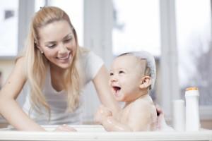Τελικά να κάνουμε ή όχι μπάνιο μαζί με το παιδί; Ειδικοί συμβουλεύουν για το αν επιτρέπεται να εμφανιζόμαστε γυμνοί μπροστά στα παιδιά μας!