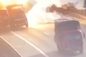 Συγκλονιστικό βίντεο: Βανάκι φορτωμένο με χαρτί και μπογιές εκρήγνυται στη μέση του δρόμου!