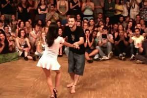 Την τράβηξε να χορέψει μαζί του μπροστά σε κόσμο! Η αντίδραση της δεν υπάρχει (video)