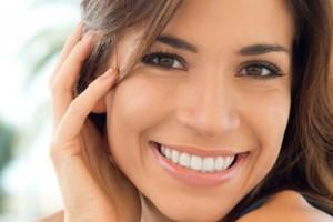 Δες πως να λευκάνεις τα δόντια σου με φυσικό τρόπο με δυο υλικά που έχεις σίγουρα στο σπίτι σου!