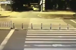 Συγκλονιστικό βίντεο: Οδηγός έπεσε σε τεράστια τρύπα στο δρόμο επειδή ήταν απορροφημένος στο κινητό του!