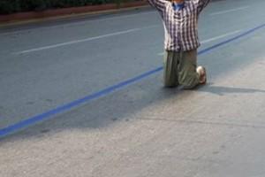 Σοκάρει ο γνωστός Έλληνας ηθοποιός - Γονατιστός στο κέντρο της Αθήνας! «Θαύμα, ευχαριστώ Μεγαλόχαρη!»