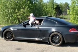 Πατέρας-γαϊδούρι! Δείτε τι κάνει με το παιδί του στο αυτοκίνητο... (video)