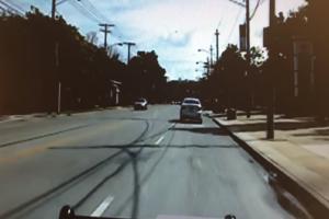 Βίντεο - σοκ: Αστυνομικός ρίχνει μπουνιές σε ύποπτο ενώ τον έχει ακινητοποιήσει!