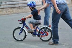 Γονείς δώστε βάση: Πώς θα μάθετε ποδήλατο στα παιδιά σας με 3 εύκολα βήματα!
