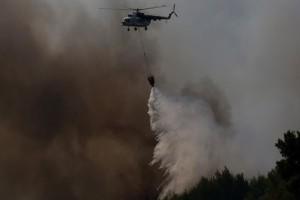 Απίστευτο βίντεο: Ο ελιγμός που κόβει την ανάσα από τον πιλότο του ελικοπτέρου στη μάχη με τις φλόγες!