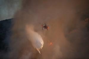 Επικίνδυνος ελιγμός ελικοπτέρου πάνω από μεγάλη εστία φωτιάς στο Καπανδίριτι: Απίστευτη η ψυχραμία του πιλότου! (video)